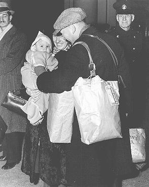<p>Groupe de Réfugiés juifs originaires d'Allemagne sur le point de quitter Vancouver au Canada, pour l'Australie et la Nouvelle-Zélande. Vancouver, Canada, 23 novembre 1938.</p>