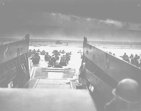 US troops wade ashore at Normandy on D-Day, the beginning of the Allied invasion of France to establish a second front against German ... [LCID: 80494]