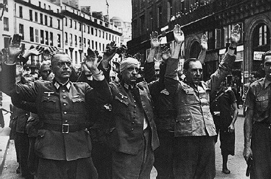 <p>Reddition d'officiers allemands à Paris. France, août 1944.</p>