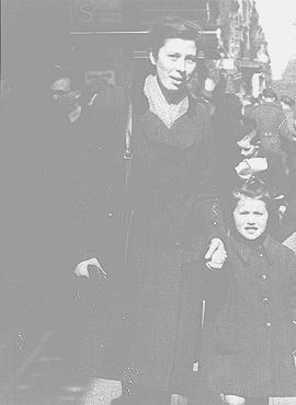 <p>Mimi Anciaux (izquierda) y Annie Klein. La familia Anciaux acogió a Annie y a su hermano Charles durante la guerra. Bruselas, Bélgica, 1945.</p>
