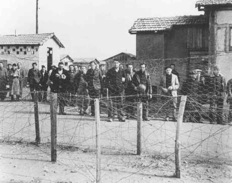 <p>Prisioneros, probablemente judíos nacidos en el extranjero, en el campo de detención de Vichy en Le Vernet. Francia, 1940 o 1941. [Para obtener copias de esta fotografía, sírvase contactar a Beth Hatefutsoth.]</p>