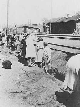 <p>Jewish women deported from Bremen, Germany, are forced to dig a trench at the train station. Minsk, Soviet Union, 1941. (Source record ID: E9 NW 33/IV/2)</p>