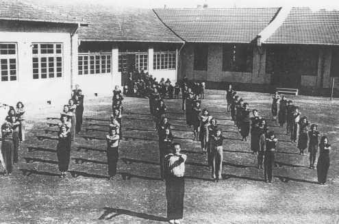 <p>Physical education class at a Jewish refugee school. Shanghai, China, after 1938.</p>