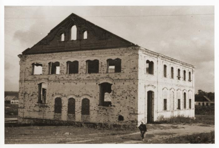 Exterior of the destroyed synagogue of Mir.