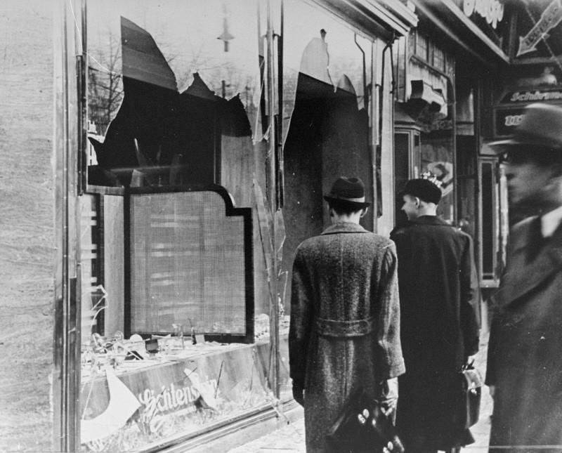 <p>水晶の夜(「壊れたガラスの夜」)中に破壊され、荒廃したユダヤ人所有商店の店頭。1938年11月10日、ドイツ、ベルリン。</p>