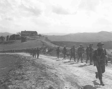 <p>Members of the Jewish Brigade Group prepare for the final Allied offensive in Italy. March 28, 1945.</p>