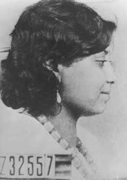 <p>صور تحديد هوية خاصة بسيدة رومانية (غجرية) تم اعتقالها في محتشد أوشفيتز. بولندا، عام 1944 تقريباً.</p>