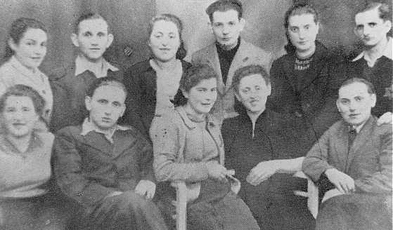 <p>صورة من أنصار يهود بالحي اليهودي بدزين ببولندا بين 1942 و1943.</p>