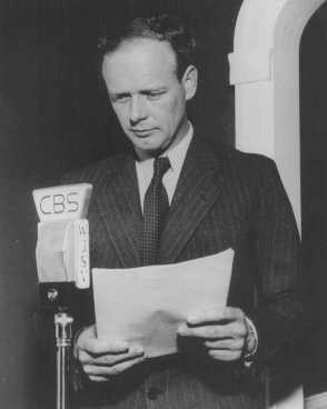 """<p>Dalam suatu siaran radio, pahlawan aviasi dan pengikut paham isolasionisme terkemuka Charles Lindbergh menegaskan bahwa Amerika Serikat tidak menghadapi bahaya invasi dan bahwa """"ikut campur"""" dalam urusan luar negeri adalah sesuatu yang membahayakan. Washington, DC, Amerika Serikat, 20 Mei 1940.</p>"""