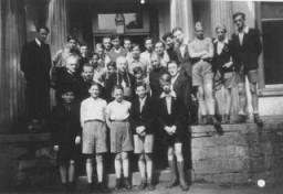 El obispo de Namur visita un hogar católico para niños, donde diez o más niños eran judíos reconocidos.