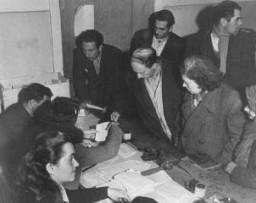 Controlando las cartas de identidad de los judíos que huyeron de la Europa oriental después de la guerra (como parte de la Brihah), ...