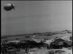<p>El desembarco aliado masivo de fuerzas aéreas y marítimas en cinco playas de Normandía (con el nombre en código de Utah, Omaha, Gold, Juno y Sword) comenzó el 6 de junio de 1944 (Día D). El objetivo de la invasión era establecer una cabeza de playa desde donde las fuerzas aliadas pudieran salir y liberar Francia. Para el final del primer día de la operación, unas 150.000 tropas habían desembarcado en Normandía. Esta secuencia filmada muestra el desembarco de las fuerzas aliadas en las playas de Normandía.</p>