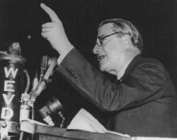 El rabino Stephen S. Wise, presidente del Congreso Judío Estadounidense, se dirige a una congregación antinazi en el Madison Square ...