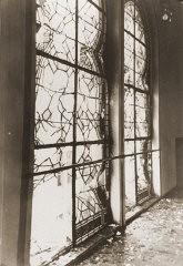 <p>Le vetrate in frantumi della sinagoga di Zerrennerstrasse dopo la sua distruzione durante la Kristallnacht. Pforzheim, Germania, all'incirca 10 novembre 1938.</p>