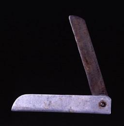 """<p>قامت يونا فيجكا ديكمان بتصميم هذا السكين من الألومونيوم وقطعة منشار بعد أن قامت القوات الخاصة الألمانية(SS) بترحيلها من محتشد """"أوشفتز"""" للعمل الشاق في أحد مصانع الطائرات في """"فرايبرخ"""" بألمانيا، في تشرين الثاني/نوفمبر عام 1944. وقد استخدمت يونا هذه السكين في إطالة أمد حصتها اليومية من الخبز بشطره إلى أنصاف.</p>"""