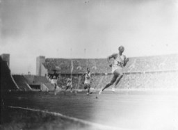 American Olympic runner Jesse Owens and other Olympic athletes compete in the twelfth heat of the first trial of the 100m dash. [LCID: 14523a]