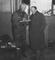 """<p>الجنرالان الأمريكان دوايت د. أيزنهاور (على اليمين) وجورج س. خطة """"باتون"""" لعملية الحارق المتعمد. اجتياح إفريقيا الشمالية من قبل دول الحلفاء. المكان غير محدد, 1942.</p>"""