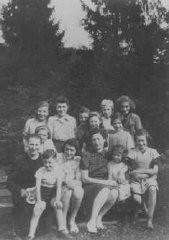 """<p>Niñas judías procedentes de los campos de tránsito franceses se refugian en el hogar para niños """"Maison des Pupilles de la Nation"""" de la Sociedad de Ayuda para los Niños (OSE). Algunas de las niñas estaban huyendo hacia Suiza. Aspet, Francia, junio-agosto de 1942.</p>"""