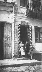 مالسیا، ماتلا و راشل سالسشوتز، در حال خوردن نان شیرینی کنار درب فروشگاه مادر.