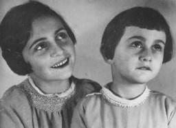 <p>玛尔戈特和安妮•弗兰克姐妹在全家逃往荷兰之前的照片。拍摄地点:德国亚琛;拍摄时间:1933 年 10 月。</p>