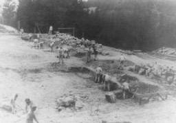 Internés au travail forcé sur un chantier de construction dans le camp de concentration de Flossenbürg.