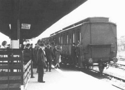 Deportation of German Jews from Hanau to Theresienstadt. [LCID: 5139]
