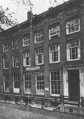 <p>Az amszterdami ház, ahol Tina Strobos több mint 100 zsidót rejtett el egy különlegesen kialakított rejtekhelyen. Nyolcszor végeztek nála házkutatást, de a zsidókat soha sem találták meg. Hollandia, ismeretlen dátum.</p>