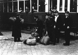 <p>Arrival of Polish Jewish displaced persons in Vienna. They were sheltered at the Rothschild Hospital displaced persons camp. Vienna, Austria, 1946.</p>