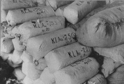 <p>Női foglyok haja, Németországba való szállításra előkészítve. A zsákokat az auschwitzi haláltábor felszabadításakor találták. Lengyelország, 1945.</p>