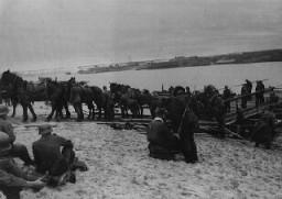<p>Forces allemandes et leur approvisionnement au passage d'une rivière en direction du front. Union soviétique, octobre 1941.</p>