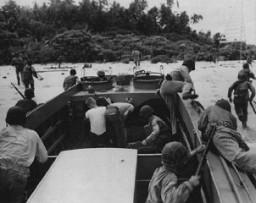 <p>Les troupes américaines débarquent sur l'île de Guadalcanal, dans l'archipel des îles Salomon. Guadalcanal a été l'enjeu de batailles cruciales en 1942-1943. La victoire américaine dans les îles Salomon stoppa l'avance japonaise dans le Pacifique Sud. Guadalcanal, date incertaine.</p>