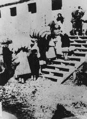 Alcune donne e bambini ebrei, provenienti dalla Jugoslavia, arrivano al campo dell'isola di Rab.
