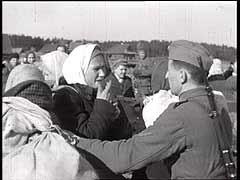 """<p>Les forces allemandes lancèrent l'opération """"Barberousse"""", autrement dit l'invasion de l'Union soviétique, le 22 juin 1941. L'armée allemande fit au début des progrès rapides dans son avance en territoire soviétique. Ce film militaire allemand montre des soldats allemands séparant les femmes et les enfants d'avec les hommes dans un village soviétique.</p>"""