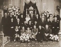 <p>Les mariés Laura Uziel et Saul Amarillo (au centre) posent avec leur famille élargie le jour de leur mariage. Thessalonique, Grèce, 1938.</p>