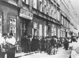Judíos hacen fila en la comisaría de Margarethen para obtener las visas de salida luego de la anexión de Austria a Alemania (el ...