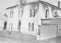 <p>View of the burned-out Malbish Arimim synagogue on Teglash Street in Sighet. This photograph was taken after the deportation of the Jewish population. May 1944.</p>