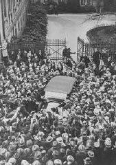 Ao deixar a Chancelaria do Reich após reunião com o presidente Paul von Hindenburg, Adolf Hitler é aclamado por multidão em seu carro.