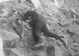 "<p>A Soviet inmate lies dead in the <a href=""/narrative/11258/en"">Mauthausen</a> concentration camp quarry. Austria, between July 1941 and May 1945.</p>"