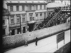<p>Η γέφυρα ένωνε τους συνοικισμούς του γκέτο της Βαρσοβίας για να αποτρέψει τους Εβραίους από το να κυκλοφορούν στους δρόμους που δεν ανήκαν στο γκέτο.  Πριν από την περίφραξή του, οι λιγοστές είσοδοι και έξοδοι είχαν σημεία ελέγχου.  Τους πρώτους μήνες η ζωή είχε μια επιφανειακή ομαλότητα, αλλά πολύ γρήγορα η έλλειψη τροφής και επαρκούς στέγασης κατέστρεψε την απατηλή εικόνα.</p>