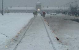 <p>Il binario che conduceva al campo di Auschwitz, illuminato dalle candele durante la commemorazione del sessantesimo anniversario della liberazione del campo. Polonia, 27 gennaio 2005.</p>