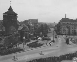 <p>The inhabitants of Nuremberg watch a parade of US troops through their city. Nuremberg, Germany, 1946.</p>
