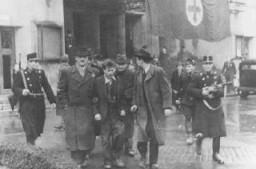 Μέλη του φασιστικού κόμματος Σταυρωτά Βέλη συλλαμβάνουν Εβραίους.