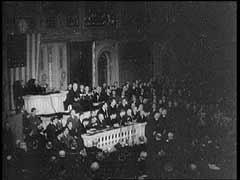 <p>Bir gün önce yaşanan beklenmedik Pearl Harbor saldırısının ardından, Başkan Franklin D. Roosevelt'in Amerika Birleşik Devletleri Kongresi'ne Japonya'ya karşı savaş ilan edilmesi talebinde bulunduğu konuşmadan bir bölüm.</p>