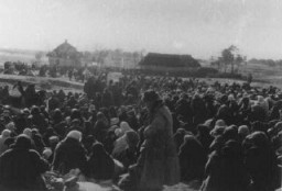 """Agli oltre mille Ebrei della città ucraina di Lubny fu ordinato di radunarsi in questo campo per essere poi """"reinsediati"""": poco dopo vennero invece massacrati dalle Squadre della Morte."""