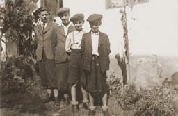 "<p>The Weinberger children pose for a photograph. <a href=""/narrative/7590/en"">Munkacs</a>, 1940.</p>"