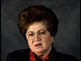 <p>Les deux parents de Charlene étaient des responsables communistes locaux et la famille participait activement à la vie de la communauté. Le père de Charlene était professeur de philosophie à l'Université d'Etat de Lvov. La Seconde Guerre Mondiale commença par l'invasion allemande de la Pologne le 1er septembre 1939. La ville de Charlene se trouvait dans la région Est de la Pologne occupée par l'Union Soviétique dans le cadre du Pacte Germano-Soviétique d'août 1939. Sous l'occupation soviétique, la famille resta chez elle et le père de Charlene continua à enseigner. Les Allemands envahirent l'Union Soviétique en juin 1941 et arrêtèrent le père de Charlene après le début de l'occupation de Lvov. Elle ne le revit plus jamais. Charlene, sa mère et sa soeur, furent contraintes de s'installer dans un ghetto que les Allemands avaient établi à Horochow. En 1942, Charlene et sa mère s'évadèrent du ghetto après avoir entendu des rumeurs sur sa destruction imminente par les Allemands. Sa soeur tenta de se cacher seule, mais on n'entendit plus jamais parler d'elle. Charlene et sa mère se cachèrent sous des broussailles qui bordaient la rivière et évitèrent de se faire prendre en s'immergeant de temps en temps. Elles se cachèrent pendant plusieurs jours. Un jour, Charlene se réveilla pour s'apercevoir que sa mère avait disparu. Charlene survécut seule dans les forêts proches de Horochow et fut libérée par les troupes soviétiques. Elle émigra ensuite aux Etats-Unis.</p>