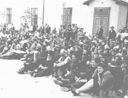 <p>Les habitants juifs d'un village de Bessarabie sont détenus avant leur déportation en Transnistrie. Roumanie, septembre 1941.</p>
