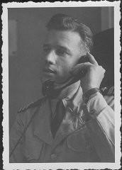 Capitán de corbeta Harris, fiscal estadounidense, en las audiencias de la comisión que investiga las organizaciones nazis acusadas.