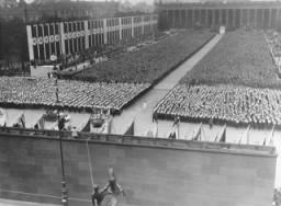 <p>في الأول من أغسطس 1936، افتتح هتلر دورة الألعاب الأولمبية الصيفية الحادية عشر في برلين، ألمانيا. وللإعلان عن مراسم دورة أولمبية جديدة، وصل عداء وحيد يحمل شعلة حملها عداؤون خلال سباق بالتناوب بدءًا من المكان الذي كانت تقام فيه دورة الألعاب في مدينة أولمبيا باليونان. توضح الصورة وصول آخر العدائين الذي حمِل الشعلة الأولمبية من مدينة أولمبيا باليونان إلى لوست جارتن ببرلين وذلك لإيقاد الشعلة الأولمبية وبدء دورة الألعاب الصيفية الحادية عشر. برلين، ألمانيا، 1 أغسطس، 1936.</p>