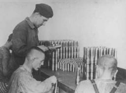 Détenus travaillant dans une fabrique d'armements.